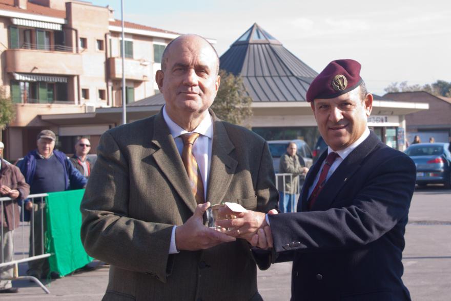 Consegna teca di vetro contenente sabbia di El Alamein al Dott. Comi