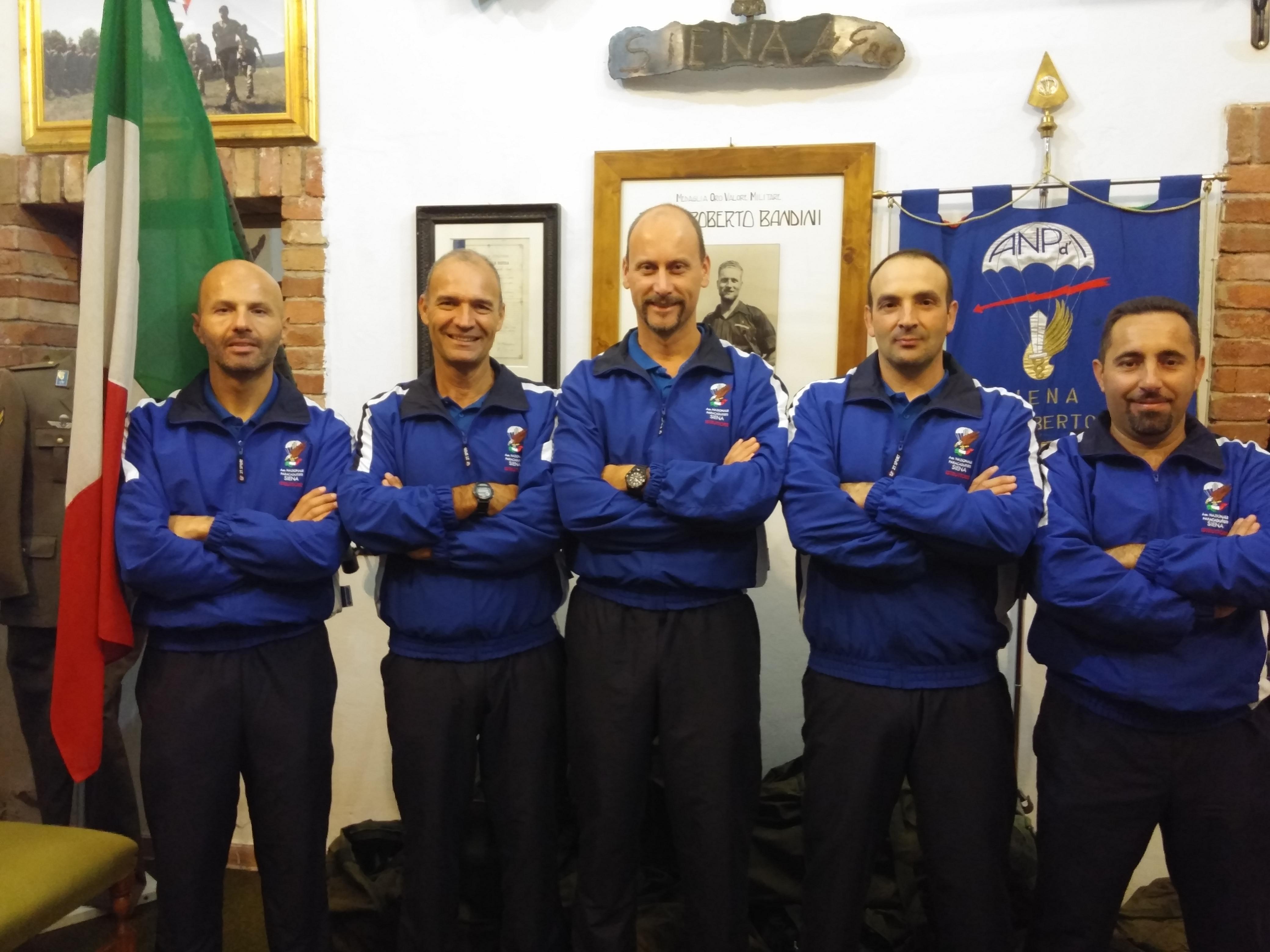 """Ecco il nostro """"Corpo Istruttori"""" composto tutto da militari effettivi al 186°Reggimento Paracadutisti """"Folgore"""" con al centro il nostro Direttore Tecnico Marco Proglio."""